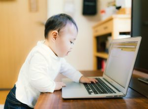育児休業から復帰する社員に対して降格や勤務体系の変更を行えるか