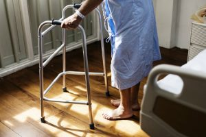 入院している親族の介護で介護休業を取得できる?