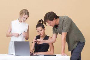 新入社員を受け入れる際、座席の配慮はどのようにすべきか?